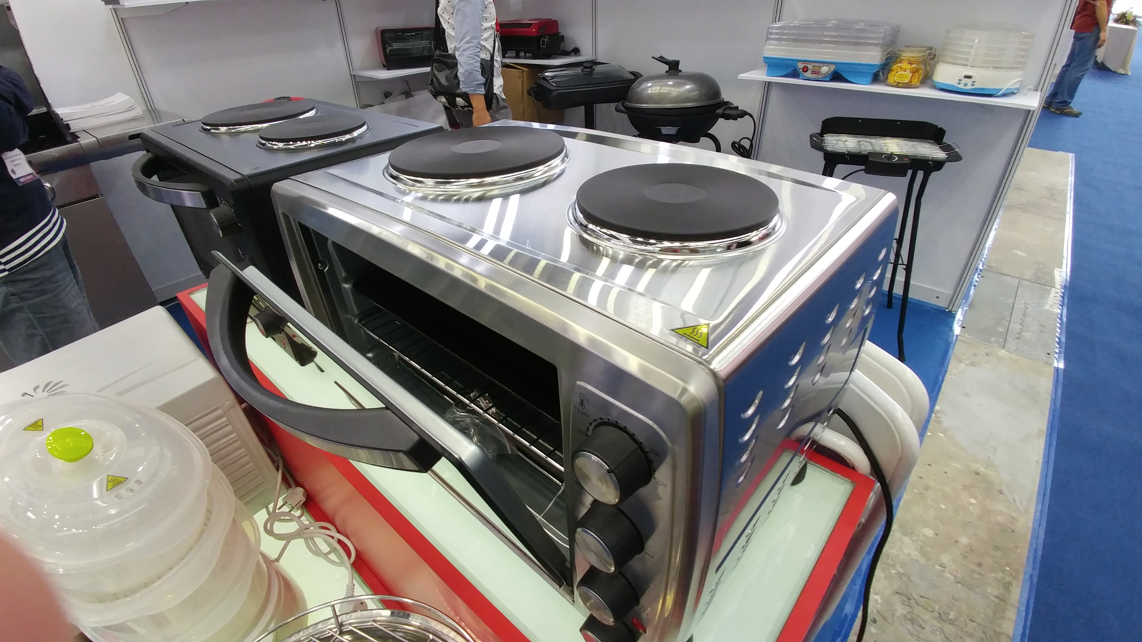The CE China 2016 show had some pretty cool kitchen appliances for tight spaces. Like this combo toaster oven with two induction cook tops on top. The LG G5 super wide captures stunning environmentals showing a lot of background.